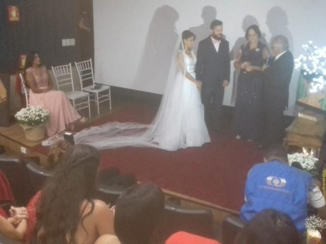 Noivos se casam no cinema com exibição de documentário e pipoca para convidados