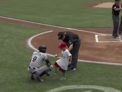 Na MLB, torcedor-mirim ganha autógrafo de adversário e retribui com chute na canela