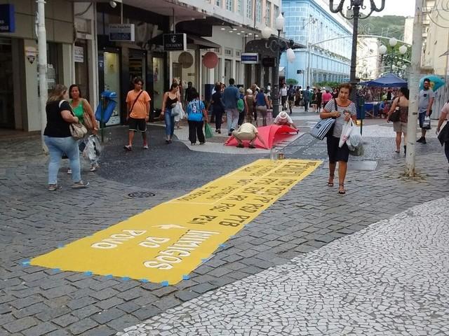 Manifestantes protestam em Florianópolis contra abuso de poder do estado nas universidades