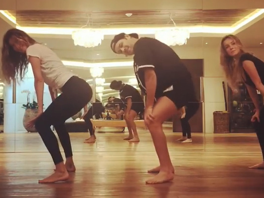Gisele Bündchen imita Britney Spears e dança música de Anitta
