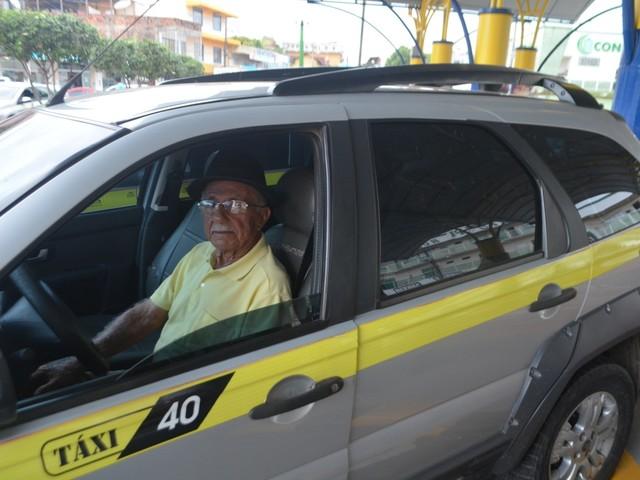 Aos 82 anos, aposentado trabalha como taxista para ajudar filhos desempregados