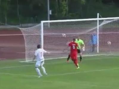 Zagueiro letão quase entrega a liderança com um gol contra absurdo