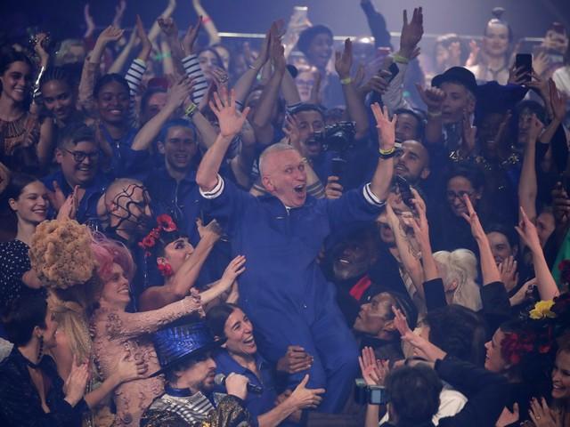 Jean Paul Gaultier dá adeus às passarelas em desfile com show ao vivo e pede reciclagem de roupas