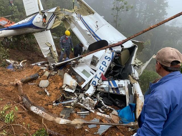 Dois corpos são resgatados em escombros após queda de helicóptero em Campos do Jordão
