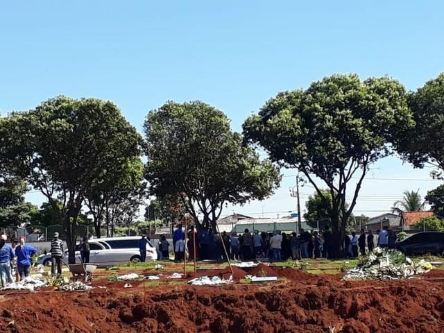 Ex-namorada do atirador de Paracatu é enterrada em Uberlândia; delegada inicia interrogatórios