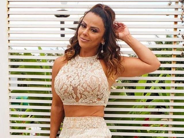Viviane Araújo é flagrada rebolando e roupa colada ressalta tamanho exagerado da parte íntima