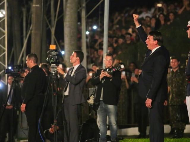 Bolsonaro defende armar a população para evitar golpe de estado