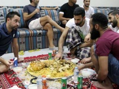 Xavi se mostra adaptado à cultura do Qatar em festa com time do Al-Saad