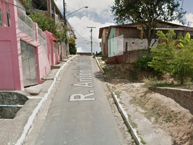 Jovem é morto e adolescente fica ferido em tiroteio perto de escola no Grande Recife