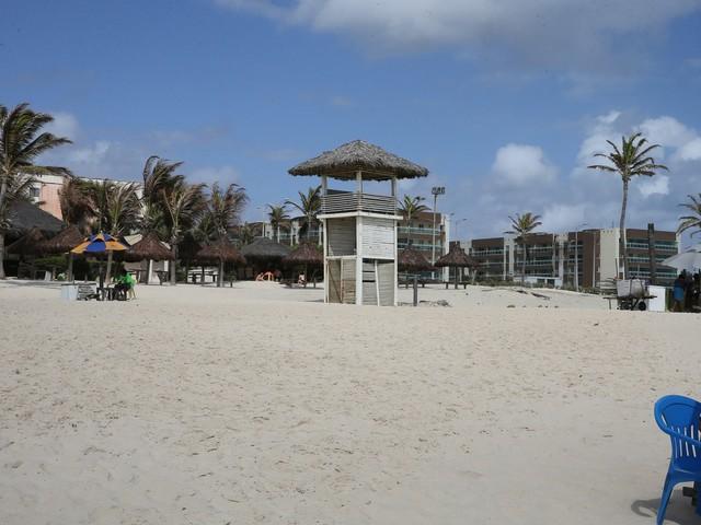 Torres de guarda-vidas da Praia do Futuro, em Fortaleza, estão sem condições de uso, apontam Bombeiros