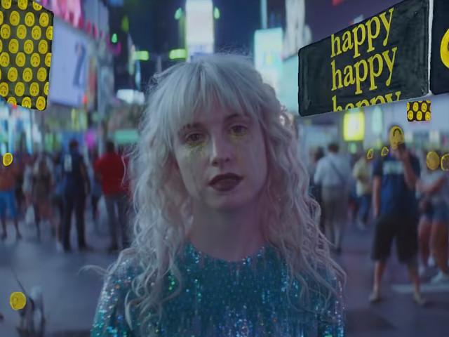 """Tá todo mundo fingindo felicidade no clipe de """"Fake Happy"""", do Paramore"""