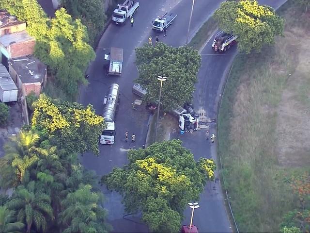 Carreta tomba e provoca congestionamento na Avenida Brasil; motorista fugia de bandidos