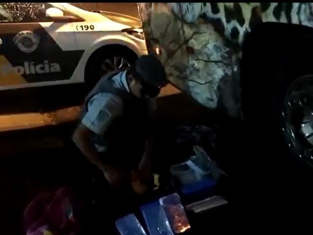 Bolivianos são presos com pasta base de cocaína escondida em mochilas em Assis