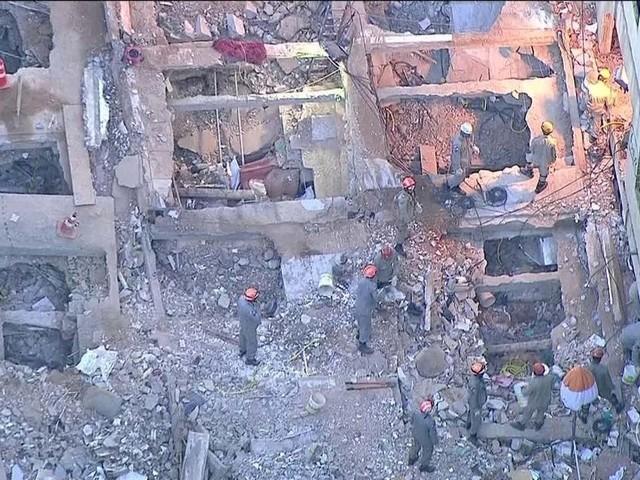 Bombeiros encontram mais dois corpos nos escombros de prédios na Muzema, no Rio