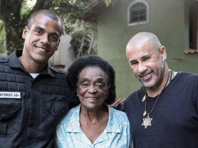 Marcelo Mello Jr. e José Junior reverenciam Léa Garcia nos bastidores da série 'Arcanjo renegado'