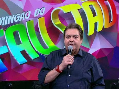 """Faustão solta a voz no Domingão e público vê indireta para Bolsonaro: """"Gado"""""""