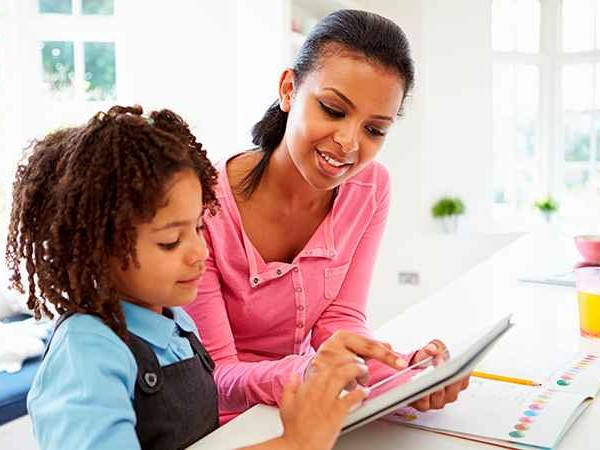 Brasileiros dedicam oito horas por semana com atividades escolares dos filhos