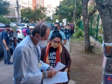 Vacinação de pessoas com comorbidades tem grande procura em Porto Alegre