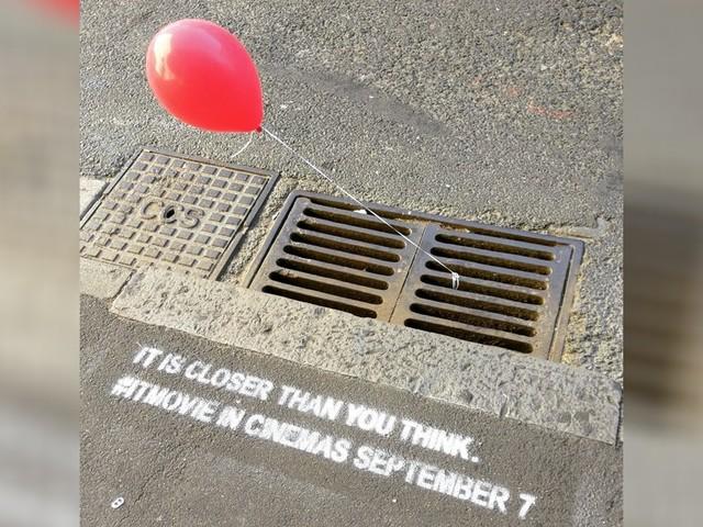 """Ação do filme """"A Coisa"""" coloca balões vermelhos amarrados em bueiros"""