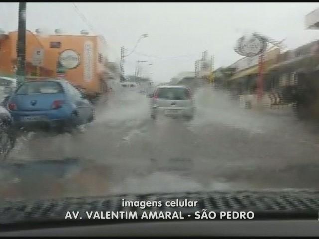 Com chuva, São Pedro tem queda de poste e árvore; ruas ficam alagadas