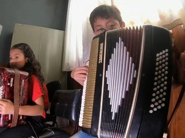 Acordeão conquista crianças em conservatório de música no interior de SP