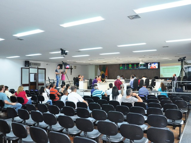 Câmara aprova projeto de lei para a colocação e uso de mesas, cadeiras, bistrôs e máquinas de assar nas calçadas de Divinópolis