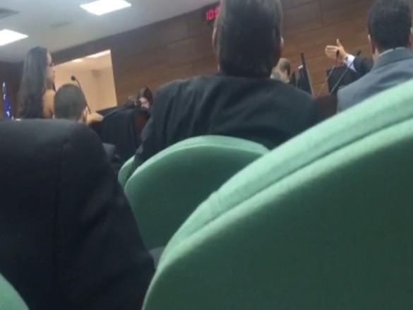 Advogada é humilhada por juiz durante julgamento por causa da roupa que vestia
