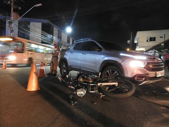Mototaxista fica ferida após colidir contra picape no Parque 10, em Manaus