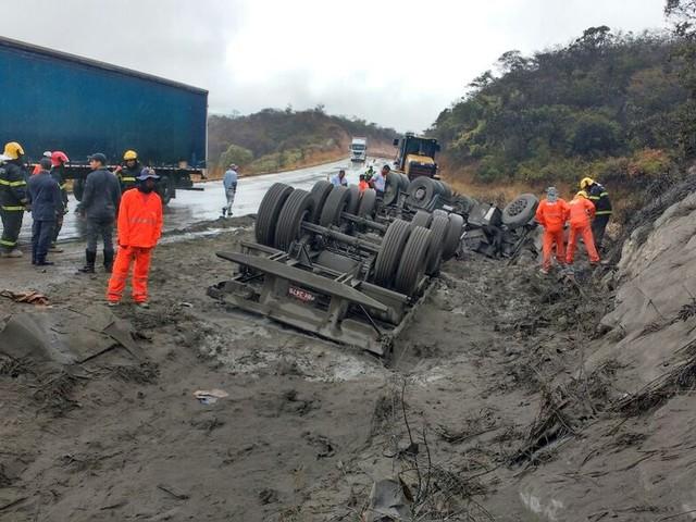 Motorista de caminhão carregado de cimento morre em uma curva na BR-251, em Grão Mogol