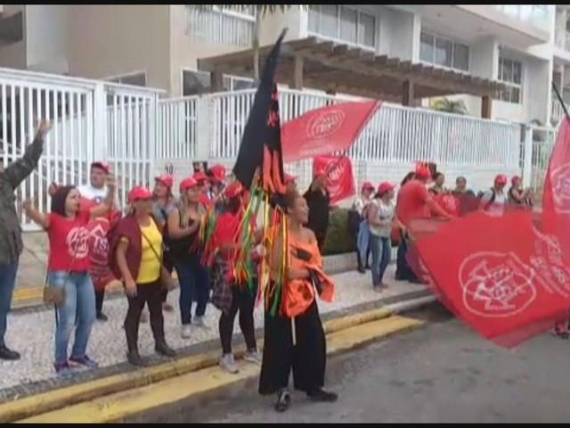 Manifestantes ocupam triplex atribuído a Lula em Guarujá, SP