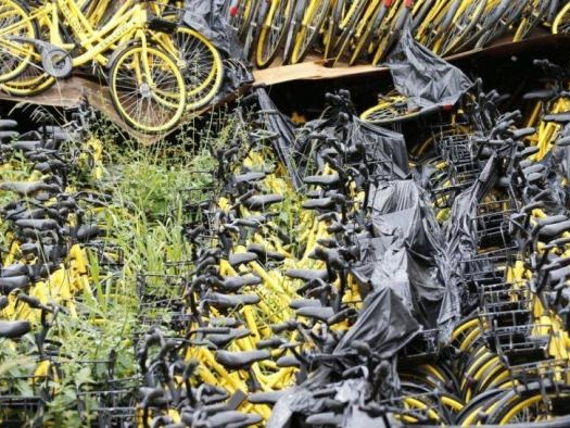 """""""Cemitério"""" de bicicletas da Yellow atrapalha moradores de região de Curitiba"""