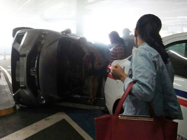 Carro tomba dentro de estacionamento de shopping de Salvador