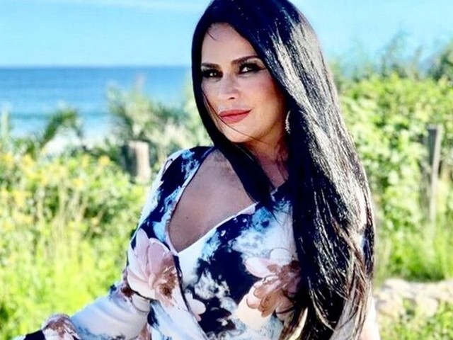 Solange Gomes relembra desfile de carnaval em que aparece com os seios de fora