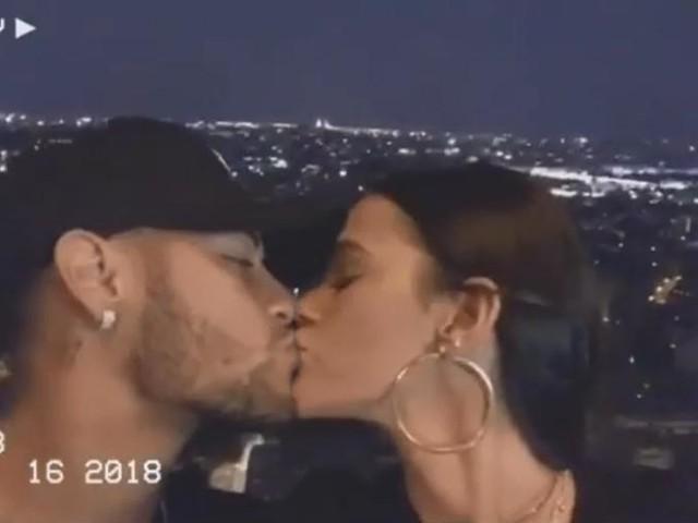 """Bruna Marquezine e Neymar sobem na Torre Eiffel e atriz se declara para o jogador em Francês: """"Je t'aime"""""""