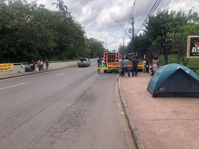 Em greve, professores acampam em sede do Governo do Amazonas para cobrar reajuste