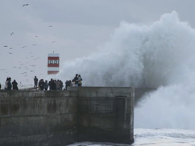 Tempestade 'Ana' causou ondas de 14 metros