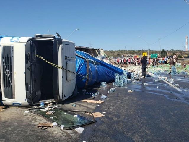 Carreta que transportava latinhas de refrigerante tomba e carga fica espalhada em rodovia da BA; motorista sai ileso