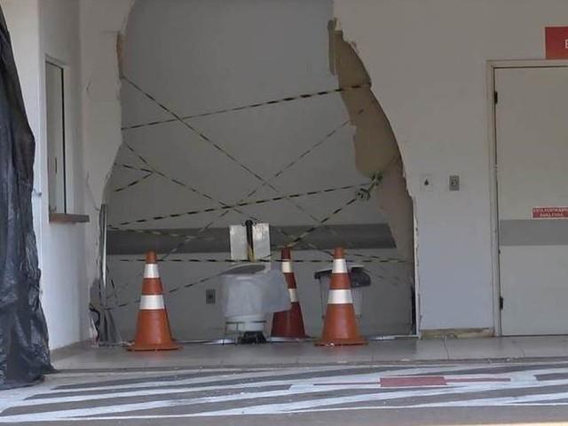 Carro destrói parte de parede de hospital após marido sem habilitação socorrer mulher