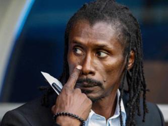 Único negro, treinador do Senegal tem o menor salário entre técnicos da Copa