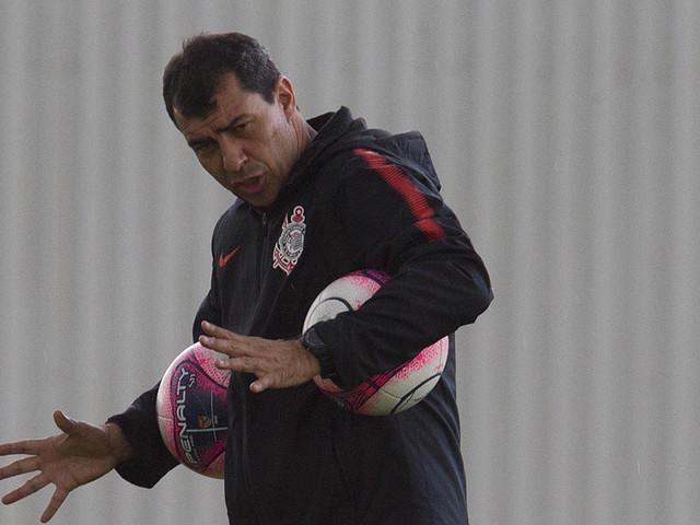 Carille revê o Paraná pela primeira vez como estrela do Corinthians