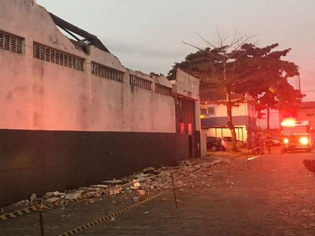 Telhado de armazém desaba e três operários são resgatados pelos bombeiros em Santos, SP