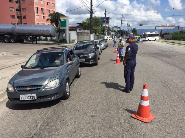Litoral de SP adota barreiras para evitar turistas durante 'megaferiado'