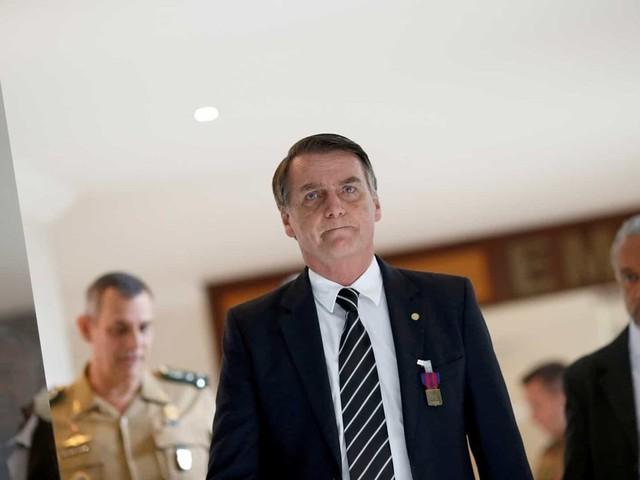 """Bolsonaro chama general que o criticou de """"melancia"""""""
