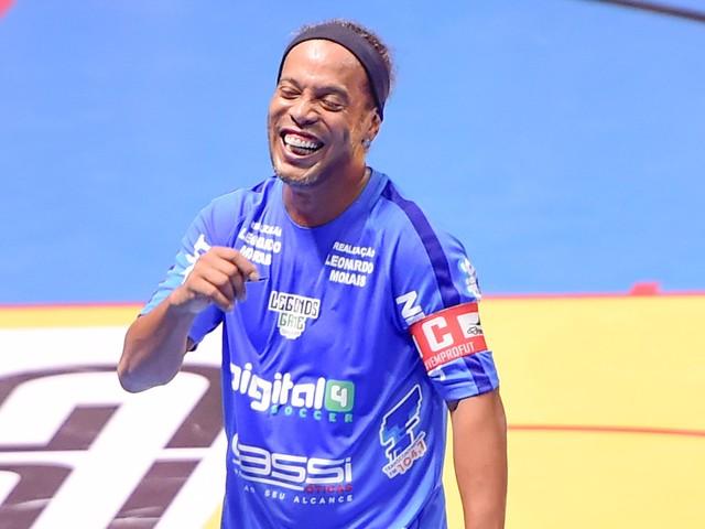 Alvo da Justiça, Ronaldinho dribla imprensa e fãs em São Paulo