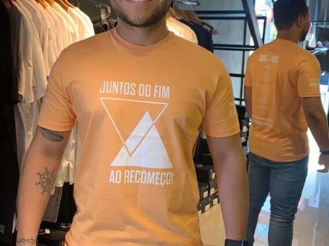 Fã que acompanha Sandy e Junior pelo Brasil faz camisetas para presidentes de fã-clubes