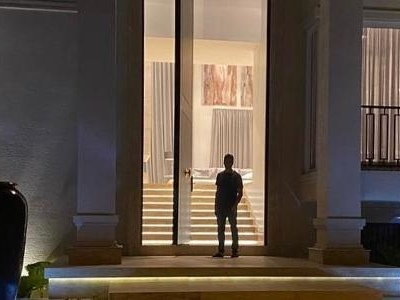 Post no Instagram | 'Porta para gigantes' na casa de Rodrigo Faro chama atenção