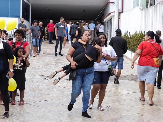 Criança baleada no Rio | Enterro de Ágatha é marcado por comoção e protestos contra Witzel