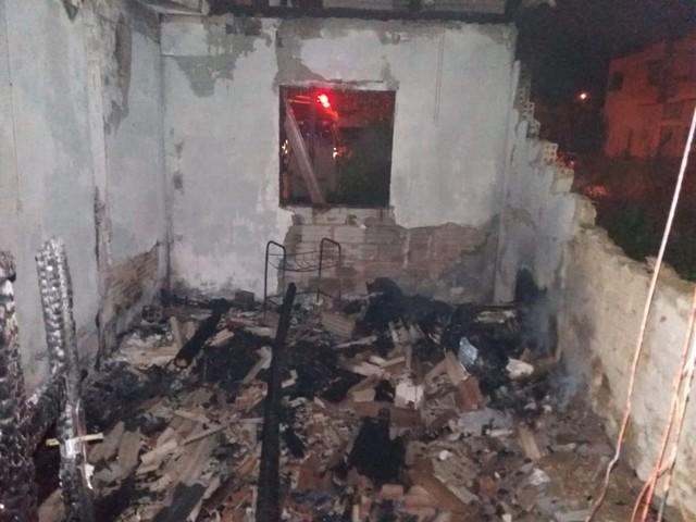 Idosa de 81 anos morre após incêndio atingir duas casas no Sul de SC