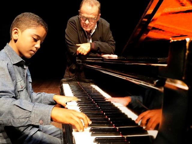 Pianista prodígio, menino de 11 anos vai receber aulas do maestro Miguel Proença