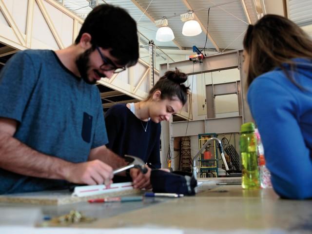 Relação entre universidade e mundo do trabalho determina futuro de universitário
